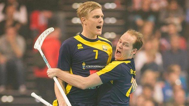 Kim Nilsson (vlevo) a Jesper Berggren slaví, Švédové se vrátili na florbalový trůn.