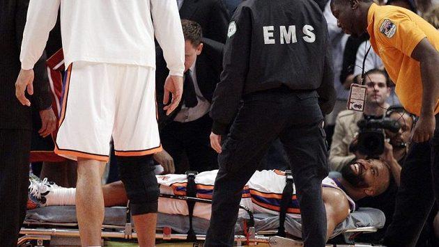 Baron Davis po těžkém zranění kolena opouští hrací plochu na nosítkách.
