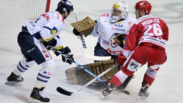 Liberecký zadák Martin Čakajík (vlevo) se snaží zabránit ve skórování třineckému útočníkovi Jiřímu Hudlerovi.