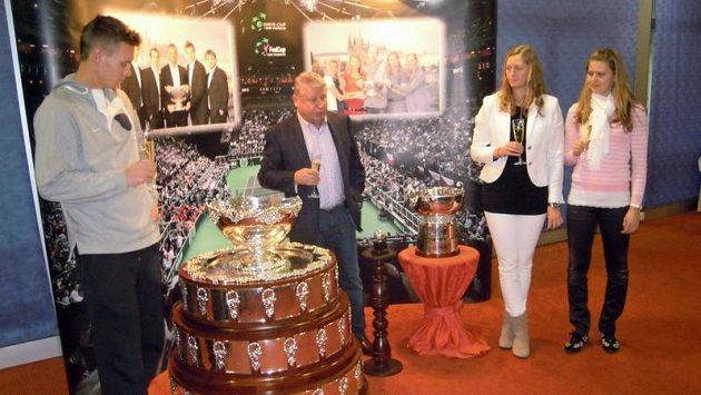 Vítěz Davis Cupu Tomáš Berdych (vlevo), vítězky Fed Cupu Lucie Šafářová (vpravo) a Petra Kvitová s trofejemi. Uprostřed Miroslav Černošek.