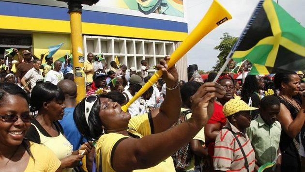 Tisíce lidí i s populárními vuvuzelami oslavovaly na Jamajce další zlatý triumf Usaina Bolta v olympijském finále na 200 metrů