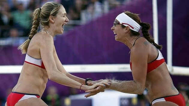 Kerri Walshovou (vlevo) a Misty Mayovou-Treanorovou dělí již jen jedna výhra od zlatého olympijského hattricku.