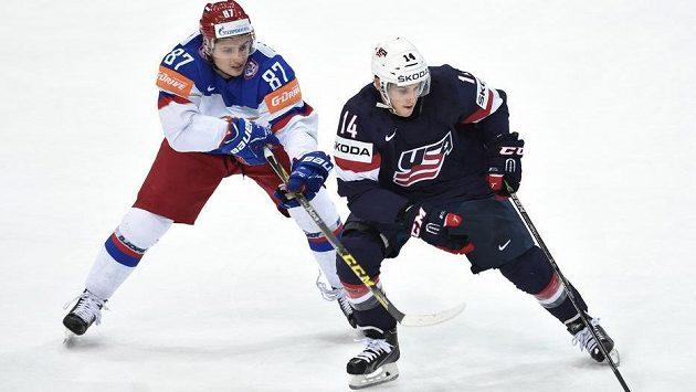Ruský útočník Vadim Šipačov a útočník USA Steve Moses během utkání semifinále hokejového mistrovství světa v Praze.