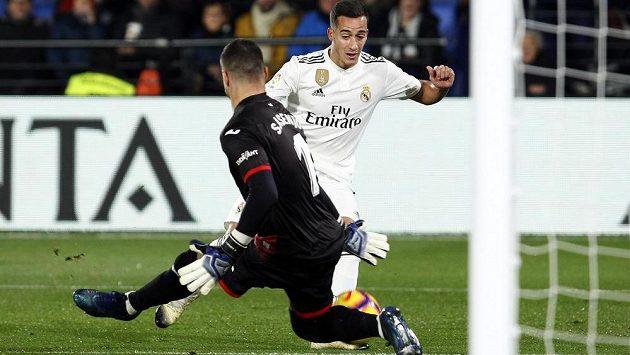 Lucas Vázquez z Realu Madrid zkouší obelstít brankáře Villarrealu Sergia Asenja.