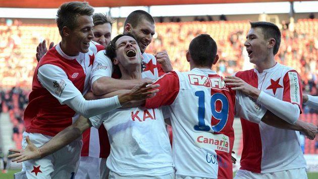 Slávista Karol Kisel (uprostřed) oslavuje se spoluhráči svůj gól do sítě Liberce.