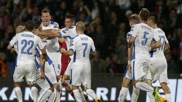 Slovenští fotbalisté se radují z branky Juraje Kucky (třetí zleva) proti Španělsku.