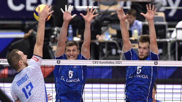Zleva Tine Urnaut ze Slovinska a čeští volejbalisté Michal Finger a Adam Zajíček.