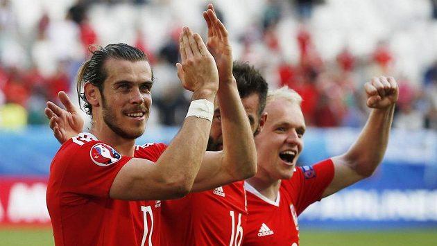 Gareth Bale z Walesu se raduje se svými spoluhráči z triumfu nad Slovenskem.