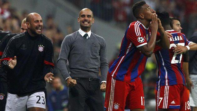 Jerome Boateng (druhý zprava) se raduje z gólu, kterým zařídil výhru Bayernu nad Manchesterem City. Uprostřed kouč Pep Guardiola, vlevo náhradní brankář Pepe Reina.