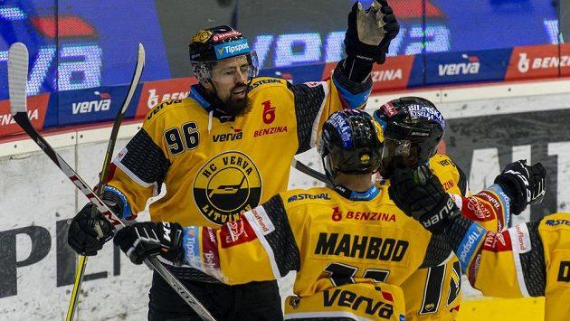 Zleva Richard Jarůšek z Litvínova, Samson Mahbod z Litvínova a Edwin Hedberg z Litvínova se radují z gólu proti Vítkovicím.
