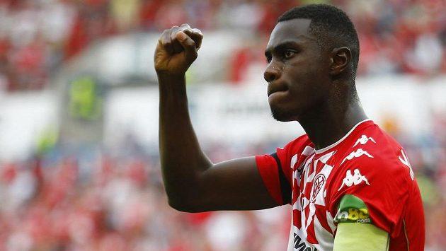 Kapitán Mohuče Moussa Niakhaté slaví svůj gól proti Lipsku.