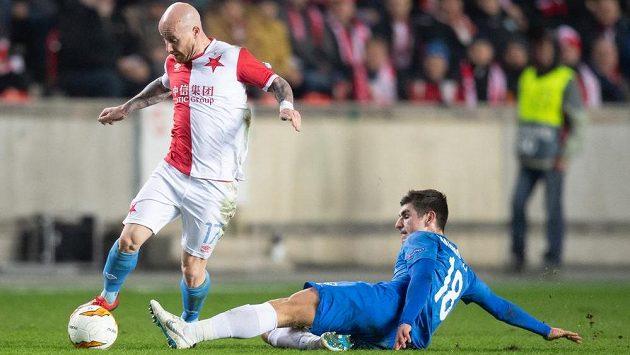Miroslav Stoch ze Slavie se snaží vyhnout Ruslanu Malinovskému z Genku během prvního utkání play off Evropské ligy.