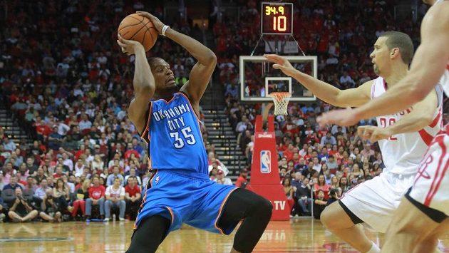 Kevin Durant (vlevo) během utkání na palubovce Houstonu.