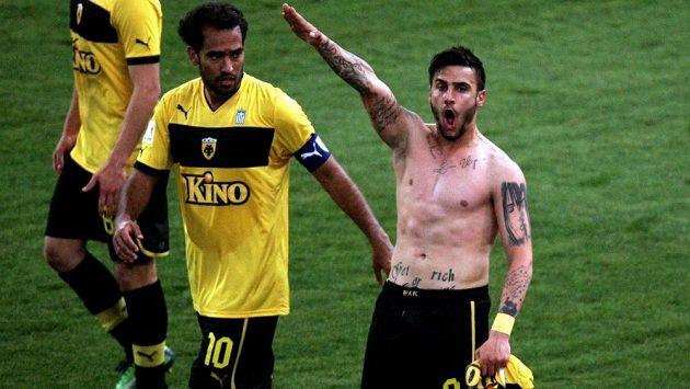Řecký fotbalista Giorgios Katidis je hráčem druholigové Olympie Praha. V minulosti upoutal pozornost tím, že slavil góly vztyčenou pravicí a dostal za to trest.