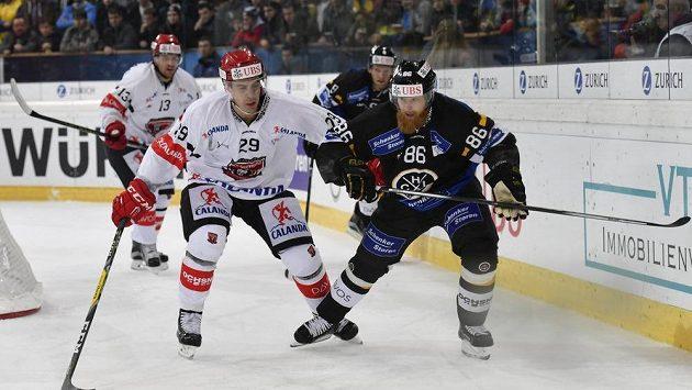 Michal Dragoun (vlevo) z Hradce bojuje o puk s Linusem Klasenem z Lugana.
