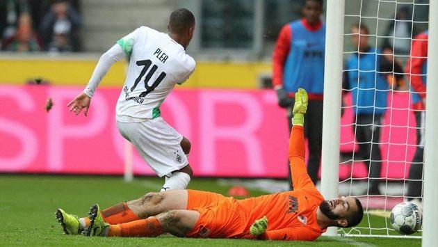 Tomáš Koubek na lopatkách. Útočník Mönchengladbachu Alassane Pléa už měl při zakončení situaci hodně jednoduchou.