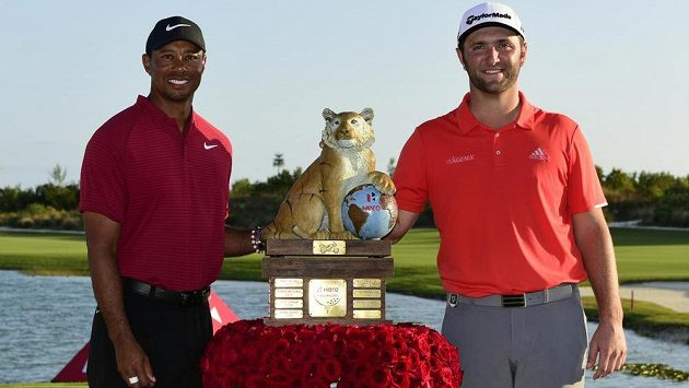 Španěl Jon Rahm (vpravo) a Američan Tiger Woods.