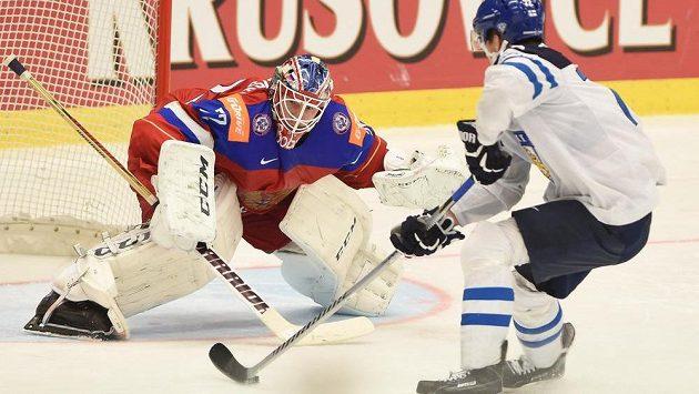 Ruský brankář Sergej Bobrovskij a Joonas Donskoi z Finska, který svůj pokus proměnil.