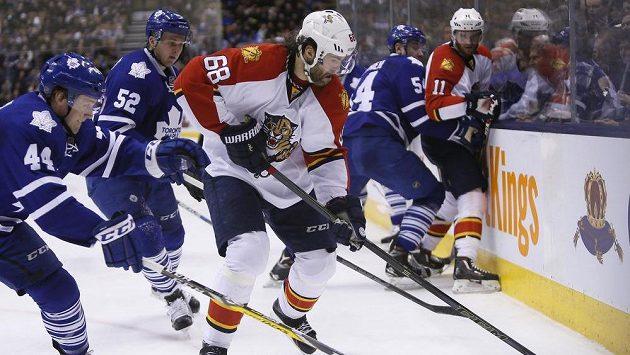 Jaromír Jagr (68) z Floridy a bek Toronta Maple Leafs defenseman Morgan Rielly (44).