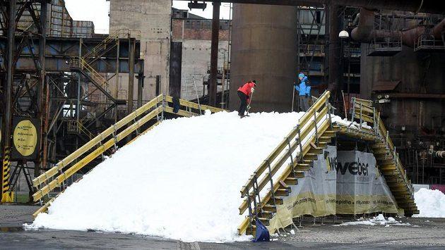 Na trati je tři a půl tisíce kubíků sněhu.
