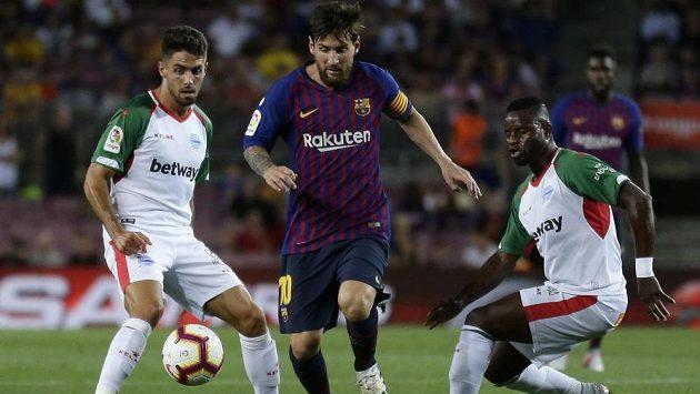 Dirigent hry Barcelony Lionel Messi v souboji s obranou Alavésu.