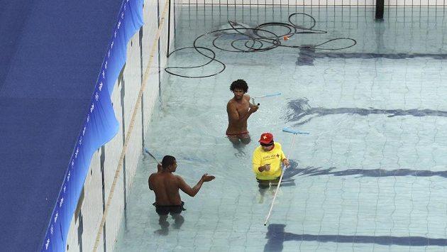 Úpravy v bazénu, ve kterém teď proběhne soutěž v synchronizovaném plavání.
