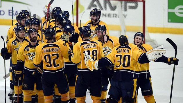 Hokejisté Nashvillu se radují z první výhry ve čtvrtfinále play off NHL.