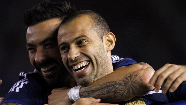 Argentinský záložník Mascherano (v popředí) by podle nové smlouvy měl v Barce působit až do roku 2018.