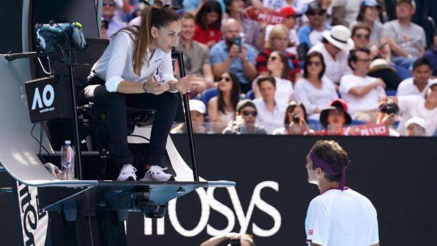 Roger Federer při diskusi s umpirovou rozhodčí Marijanou Veljovičovou.