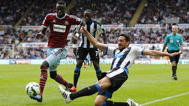 Cheikhou Kouyate (vlevo) z West Hamu v souboji s Jonasem Gutierrezem z Newcastlu.