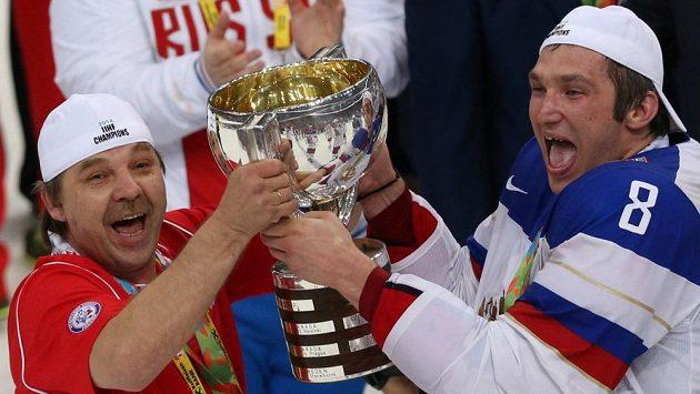 Ruský kouč Oleg Znarok (vlevo a Alexandr Ovečkin pózují se zlatými medailemi a pohárem pro mistry světa v Minsku. Ruský trenér byl ale pro utkání distancován.