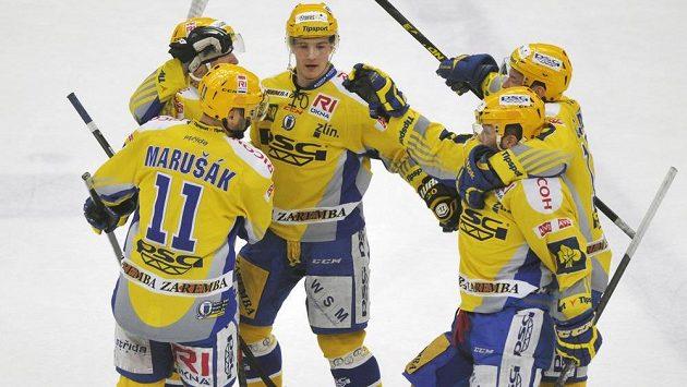Hokejisté Zlína se radují z gólu proti Hradci Králové v pátém utkání čtvrtfinále play off.