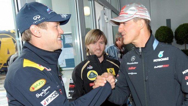 Sebastian Vettel se zdraví s Michaelem Schumacherem v době, kdy ještě spolu jezdili ve formuli 1.
