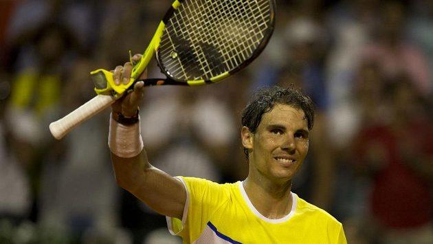 Španělský tenista Rafael Nadal slaví vítězství nad Argentincem Juanem Mónacem.