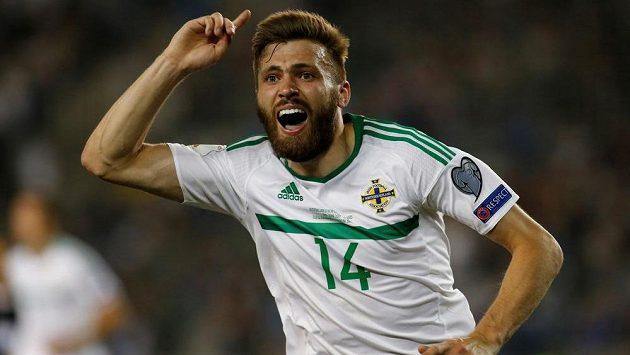 Stuart Dallas ze Severního Irska oslavuje svůj gól proti Ázerbájdžánu.