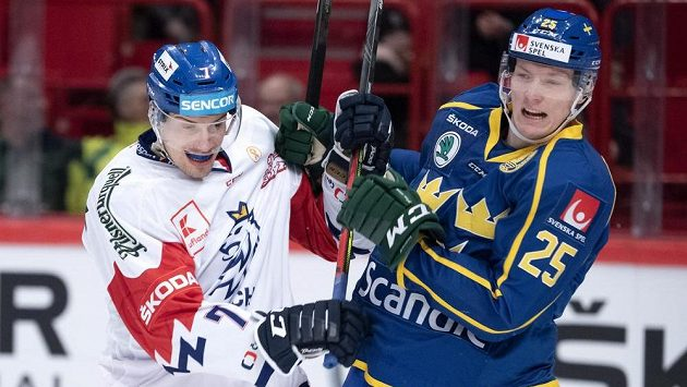 Český bek David Němeček (vlevo) v souboji s Gustavem Rydahlem ze Švédska.