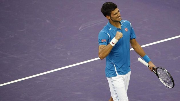 Novak Djokovič během osmidinále turnaje v Miami proti Dominiku Thiemovi.