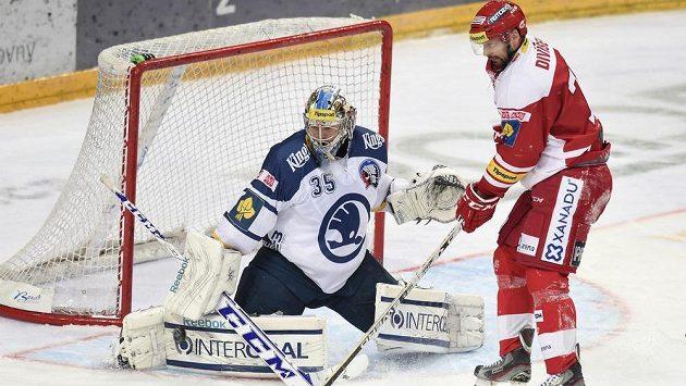 Plzeňský brankář Matěj Machovský a Tomáš Divíšek ze Slavie během utkání Tipsport extraligy v pražské O2 Areně.