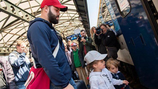 Také řízný zadák Radko Gudas vymění o víkendu v Berouně hokejku za tenisovou raketu.