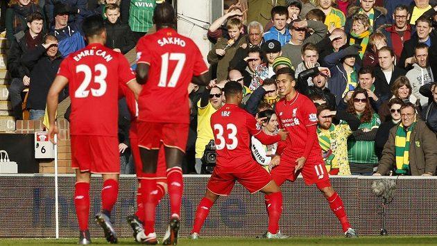 Fotbalisté Liverpoolu se radují z první branky Roberta Firmina v zápase anglické Premier League proti Norwichi.