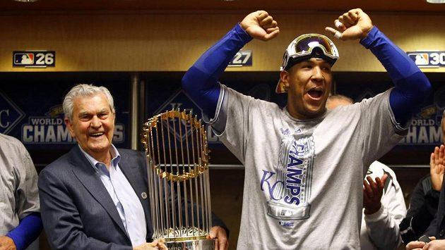 Catcher Salvador Perez (vpravo) a majitel týmu Kansas City Royals David Glass mohli slavit triumf ve Světové sérii.