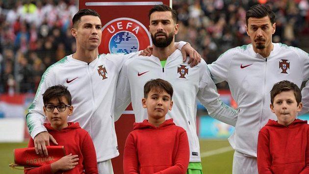 Portugalec Cristiano Ronaldo (první zleva) po boku Ruie Patrícia před zápasem v Lucembursku.