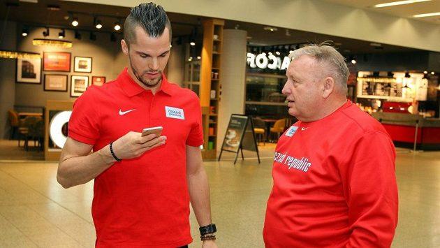 Běžec Jakub Holuša se svým trenérem Jiřím Sequentem před odletem do USA.