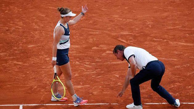 Sudí Pierre Bacchi právě dělá obří chybu. V semifinále French Open svým verdiktem okradl Barboru Krejčíkovou o proměněný mečbol.