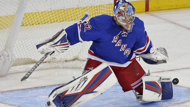 Finský brankář Antti Raanta ve službách New York Rangers vychytal střelce San Jose.