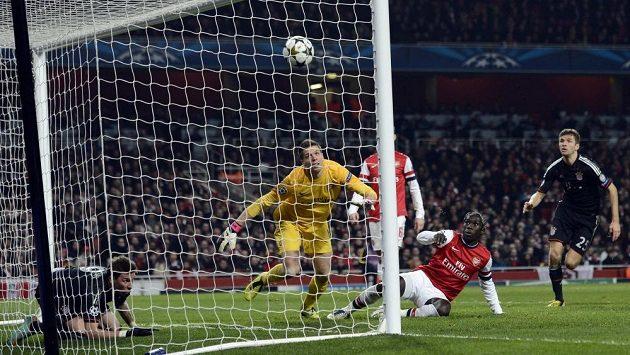 Třetí gól Bayernu. Střelec Mario Mandžukič (zcela vlevo), brankář Arsenalu Wojciech Szczesny už zasáhnout nedokázal.