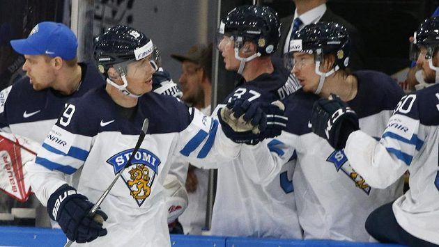 Finská radost. Veli-Matti Savinainen slaví se spoluhráči gól v síti Bělorusů v utkání mistrovství světa.