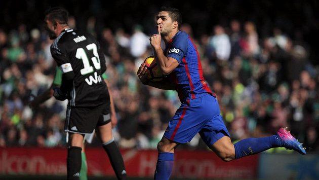 Barcelonský Luis Suárez jásá po gólu proti Betisu.
