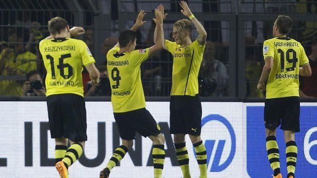 Robert Lewandowski (druhý zleva) oslavuje se spoluhráči z Dortmundu gól proti Brémám.