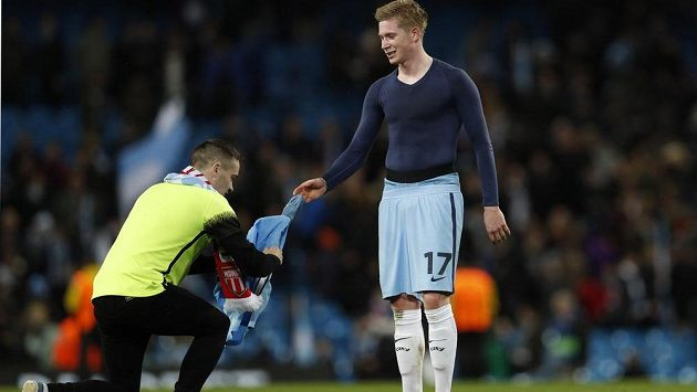 Fotbalista Manchesteru City Kevin De Bruyne dal muži, který si před něj po utkání Ligy mistrů s Monakem klekl, dres. Nešlo o pořadatele, ale o převlečeného fanouška.